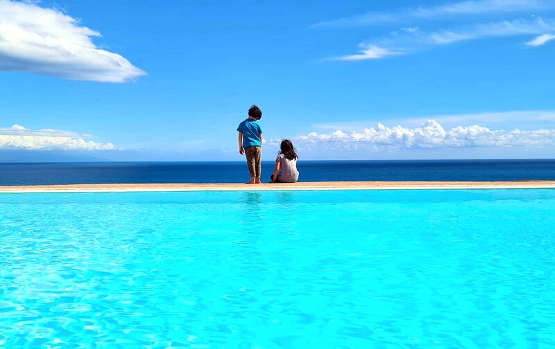 Lovely sea view large apartment in private villa with swimming pool and parking, location de vacances à Fortino