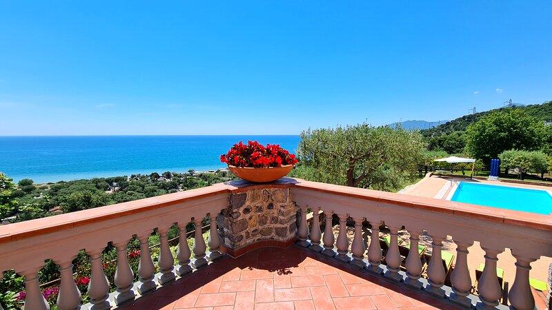 Fabulous modern Italian beach villa, Luxury Cilento coast villa with pool, location de vacances à Fortino