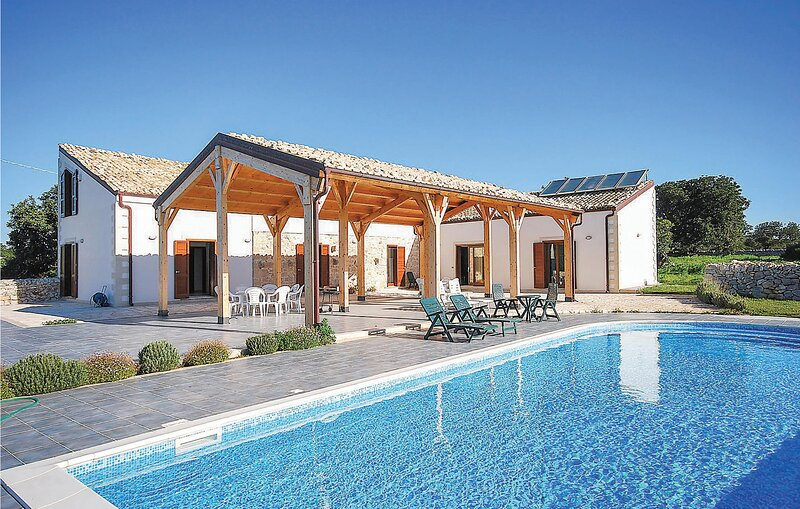 Beautiful home in Ragusa with Outdoor swimming pool, WiFi and 6 Bedrooms (ISR375, holiday rental in Camemi