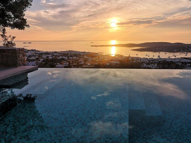 Infinity sea view cosy villa with private pool, location de vacances à Parikia