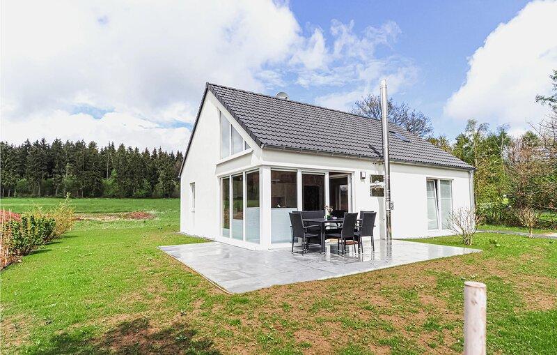 Amazing home in Bitburg-Prüm with Sauna and 3 Bedrooms (DEI141), casa vacanza a Olzheim