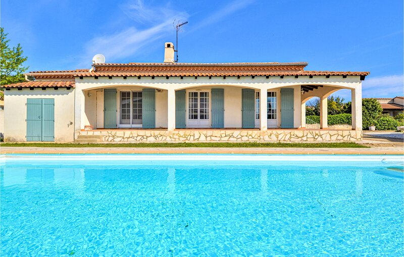 Beautiful home in Bellegarde with Outdoor swimming pool, WiFi and 4 Bedrooms (FL, holiday rental in Bellegarde