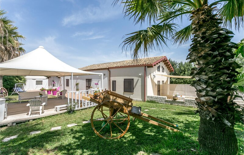 Stunning home in Pachino with WiFi and 1 Bedrooms (ISC096), vacation rental in Granelli