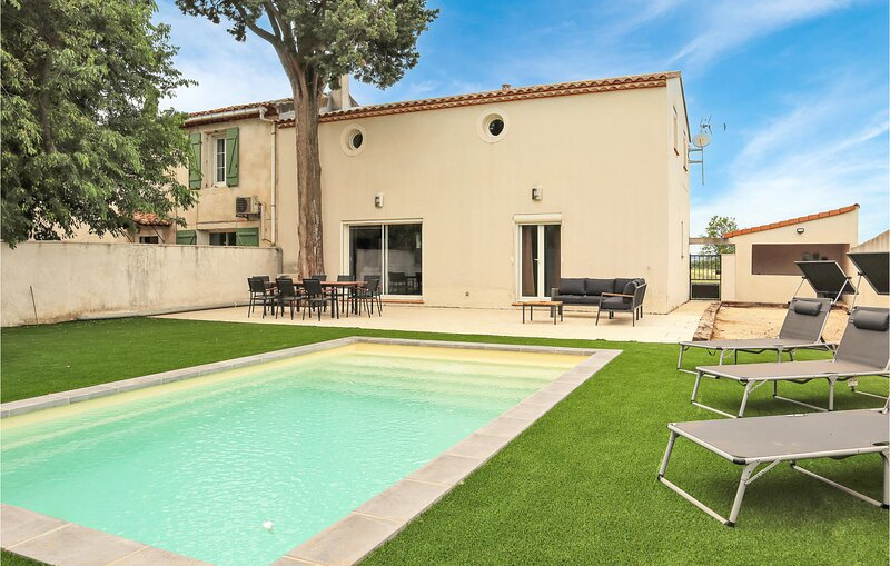 Nice home in Nîmes with Outdoor swimming pool, WiFi and 4 Bedrooms (FLG636), holiday rental in Generac