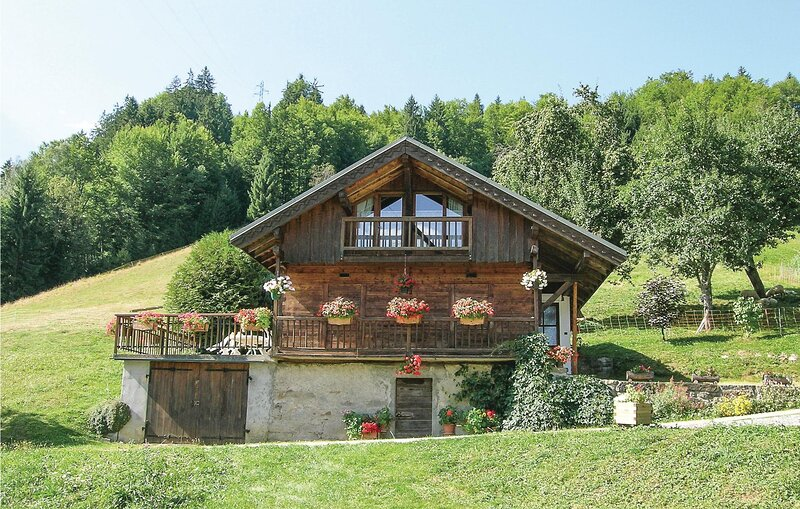 Beautiful home in Hery sur Ugine with 1 Bedrooms (FRS009), location de vacances à Ugine