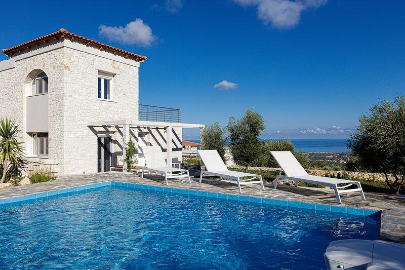 Villa mit sensationeller Aussicht und eigenem Pool, holiday rental in Mesi