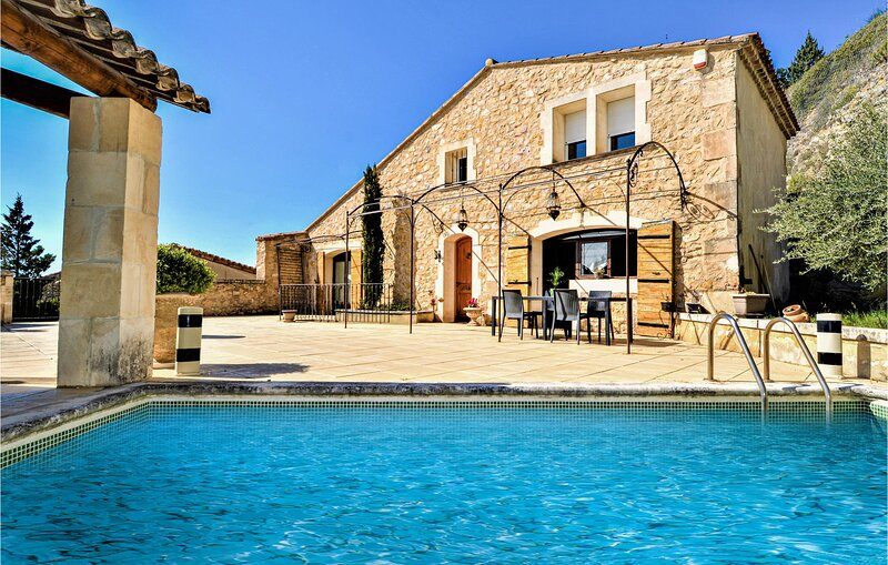 Stunning home in Boulbon with Outdoor swimming pool, WiFi and 4 Bedrooms (FPB435, holiday rental in Saint Pierre de Mezoargues