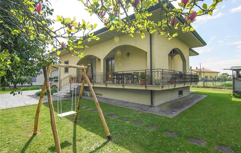 Awesome home in Montignoso with WiFi and 2 Bedrooms (ITV013), alquiler de vacaciones en Cinquale