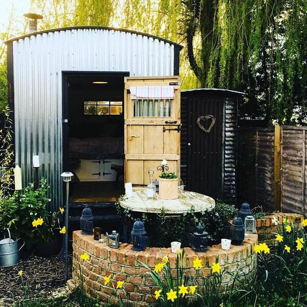 Vintage Suffolk Shepherds Hut - Self Catering with Cookshack, holiday rental in Buxhall