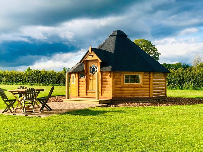 Skirrid Cabin, with amazing views & on-site activities, holiday rental in Madley