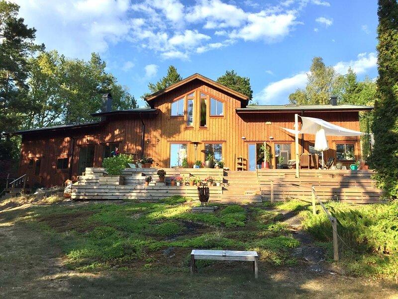 Splendid Wooden Villa at lake and Stockholm Archipelago, aluguéis de temporada em Varmdo