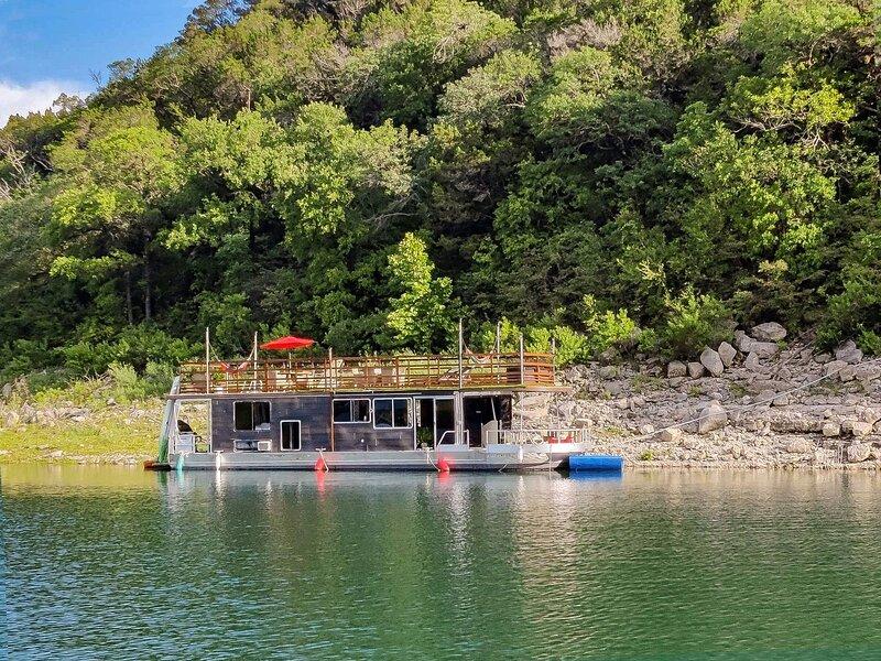 Houseboat-Yacht Nestled In A Lake Travis Cove, casa vacanza a Cedar Park