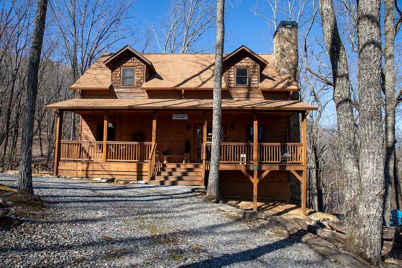 Three Bears Cabin, Private Mountain Getaway, Seasonal Mountain View, Hot Tub, alquiler vacacional en Demorest