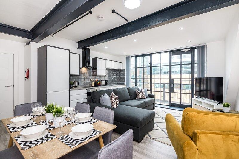 10 Sleeper Manhattan Style Central Apartment - Free Parking & Super WIFI, holiday rental in Birkenhead