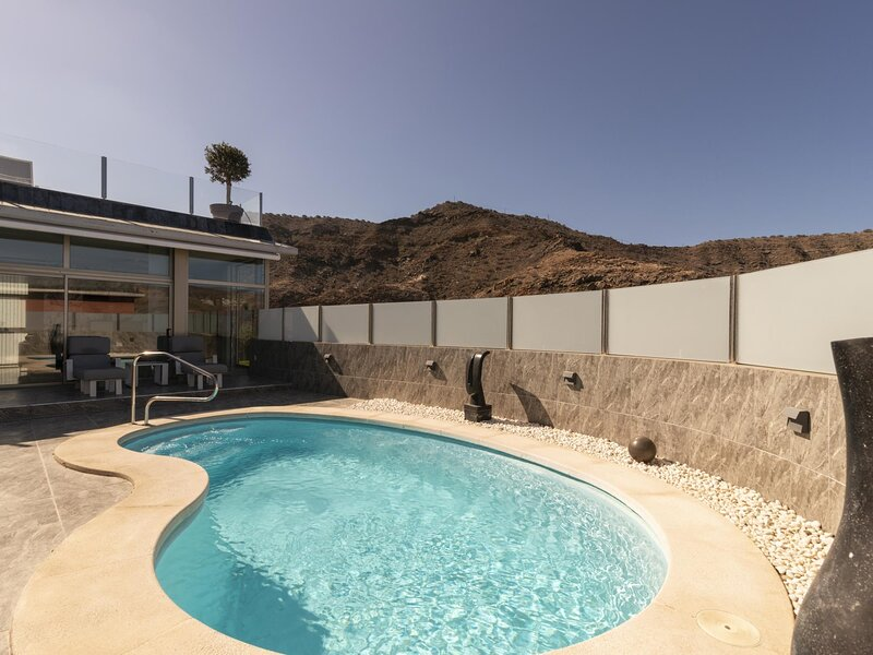Villa Tauro with private pool and view to golf court, holiday rental in Amadores