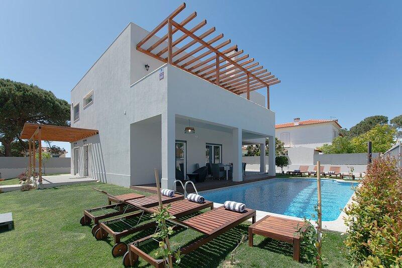 Happy Villa, holiday rental in Alfarim