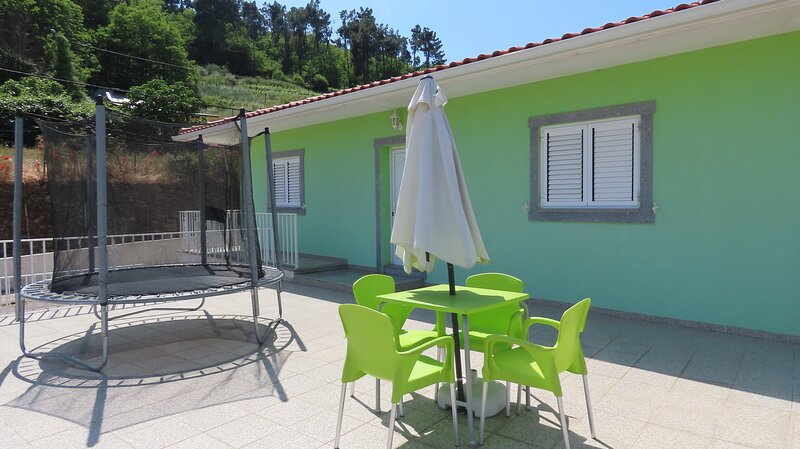Lovely 3-Bed House in Queimada Ideal for families, holiday rental in Poiares
