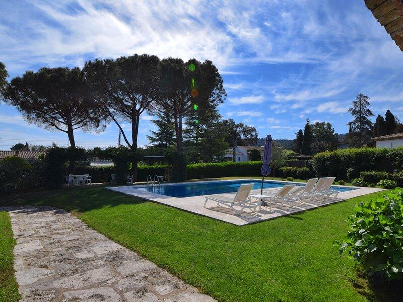 VILLA CLUB, FANTASTIC LOCATED AT THE GOLF COSTA BRAVA, holiday rental in Solius