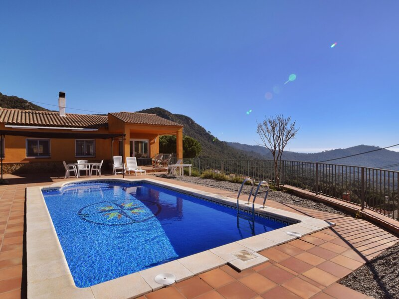 VILLA SUNSET, WITH PRIVATE POOL, AND FANTASTIC VIEW TO THE VALLEY, holiday rental in Solius