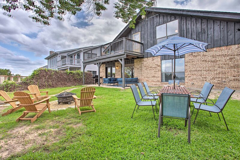 NEW! Lakefront Granbury Getaway w/ Private Dock!, holiday rental in Glen Rose