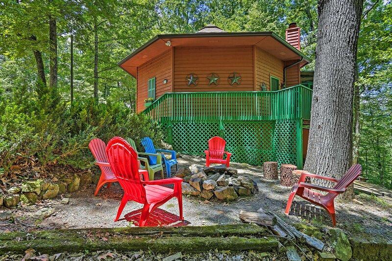 'Mizzen Daze': Romantic & Cozy River Resort Cabin!, holiday rental in Ranger