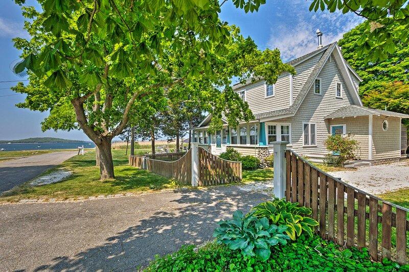 NEW! Common Fence Point Cottage w/ Ocean Views!, aluguéis de temporada em Tiverton