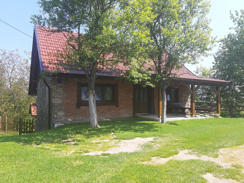 Holiday House 'Sleme' with big garden and fireplace, location de vacances à Donji Vuksici