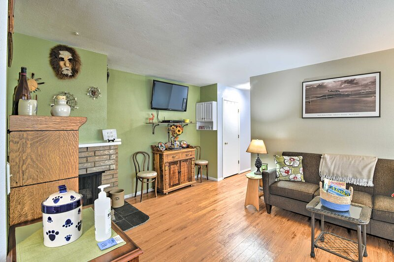 NEW! Charming Anchorage Townhouse w/ Gas Grill!, holiday rental in Eagle River