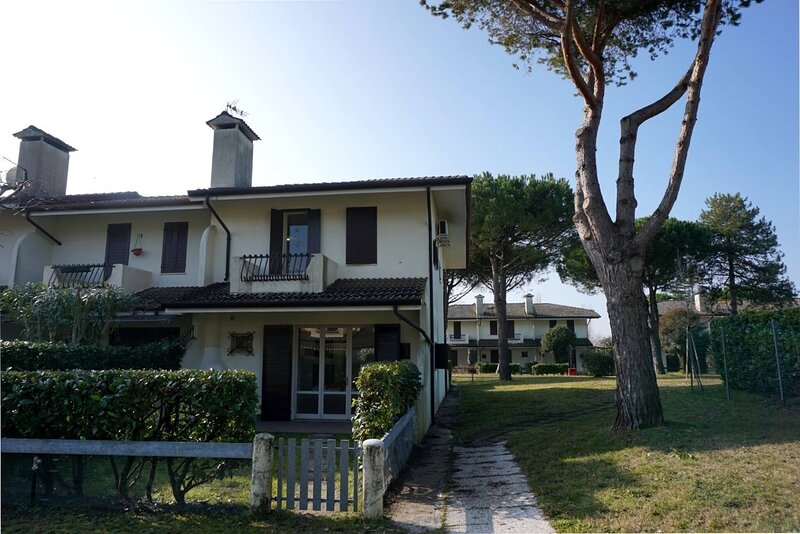 Lovely house in residence with pool - Great Location, location de vacances à Porto Santa Margherita