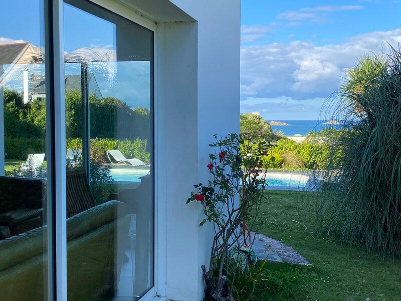 Villa Gwenva piscine 29° superbe vue mer, holiday rental in Henvic