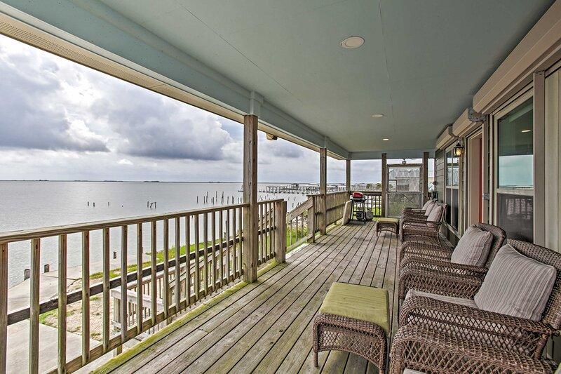 Waterfront New Orleans House w/ Dock & Lake Views!, casa vacanza a Pearlington