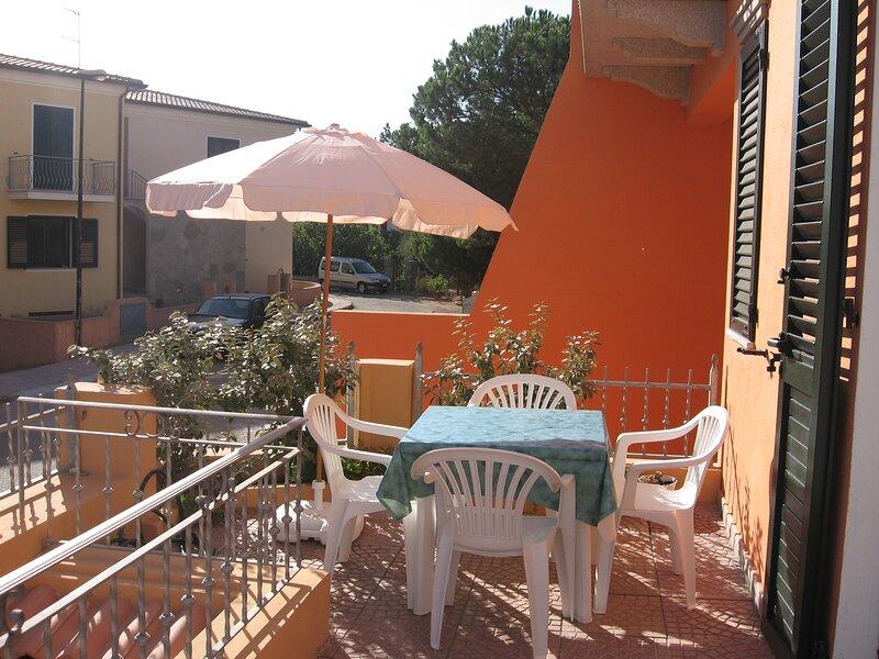 GRAZIOSO BILOCALE CON VERANDA, location de vacances à Valledoria