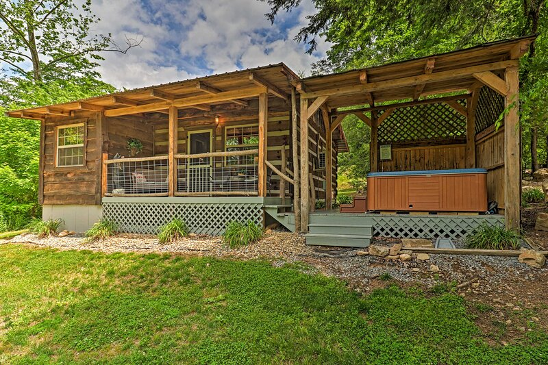 Peaceful 'Creekside Hideout' Cabin w/ Hot Tub!, holiday rental in Hartford