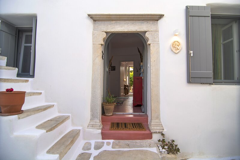 3-Bed House 10 mins walk to the beach in Naousa, holiday rental in Kolimpithres
