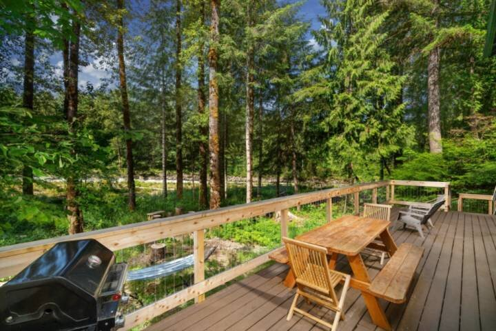 Luscious Forest and River Views, New Décor, Huge Deck, Game Room, Fire-Pit, Pool, alquiler vacacional en Estacada