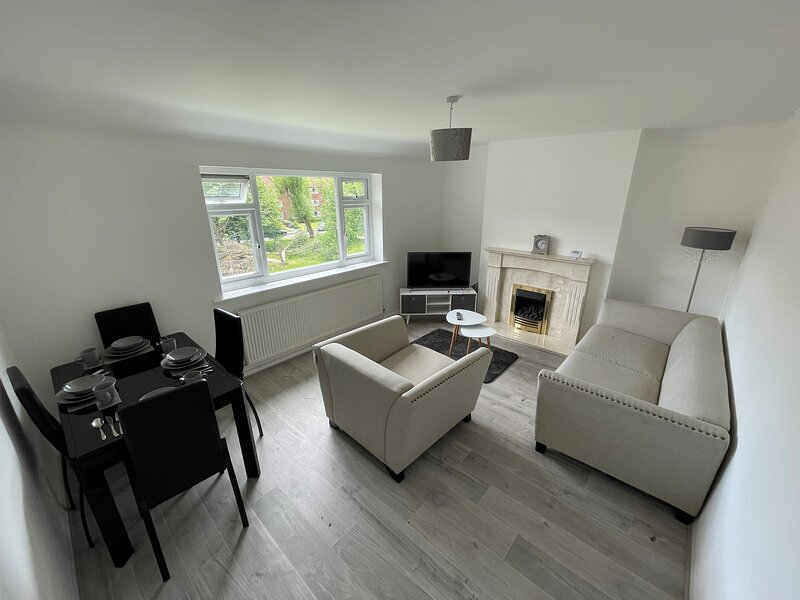 Captivating 2-Bed Apartment, in Manchester,, vacation rental in Gatley