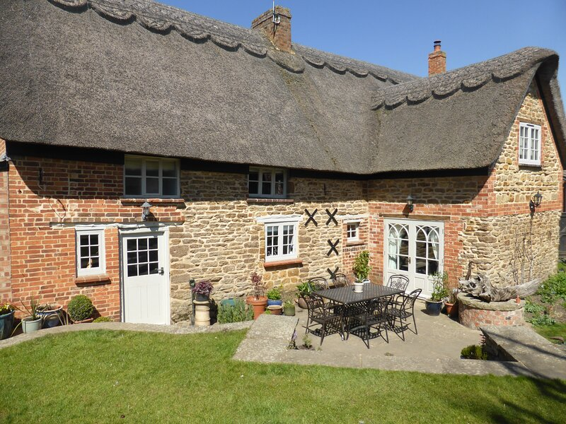 Large period thatched Cottage in charming village - The Old Forge, aluguéis de temporada em Northamptonshire