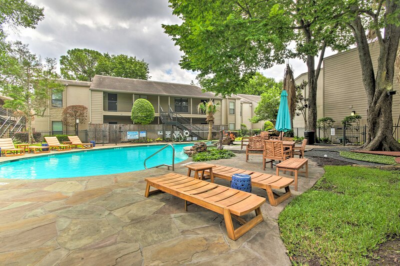 NEW! West Houston Hub by Galleria, Uptown & Parks!, casa vacanza a Valley Spring