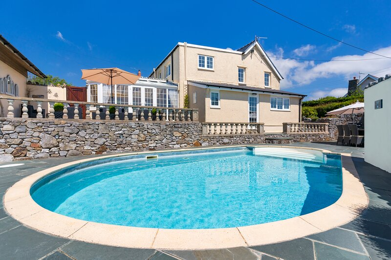 Stunning holiday cottage with 5 bedrooms, sea views and a swimming pool, holiday rental in Reynoldston