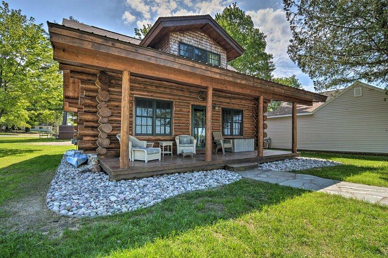 Quaint Lakefront Log Cabin w/ Dock & Kayaks, casa vacanza a Kalkaska County