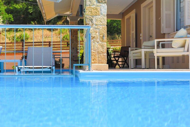 Villa Kadith: Renovated, pool, near beach, A/C, WiFi, Parking, holiday rental in Ano Garouna