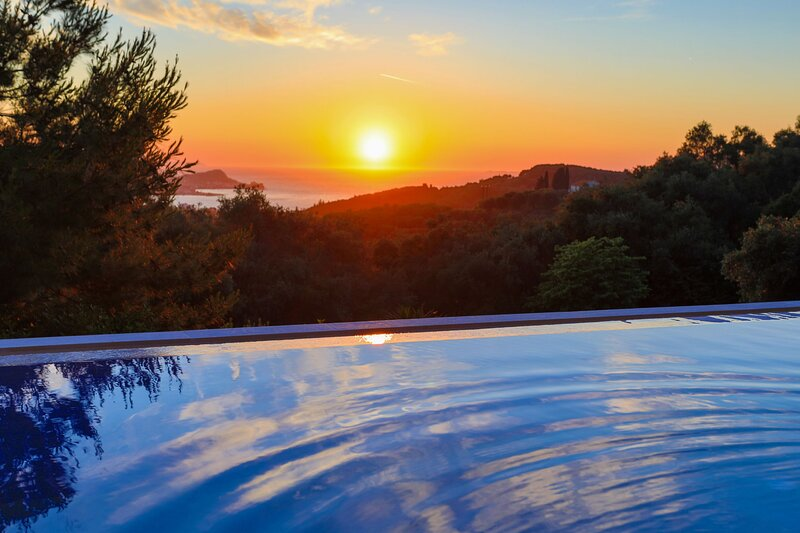 Sunset House: Stunning views, close to amenities, not far from the beach, holiday rental in Astrakeri
