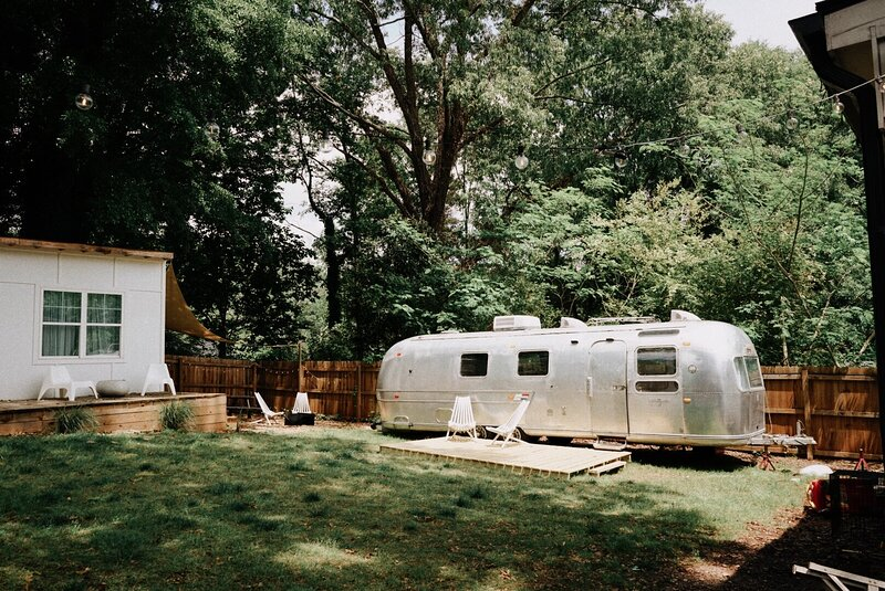 Unique & Comfy Mid Century Bohemian Airstream with King Bed in serene location, casa vacanza a Stone Mountain