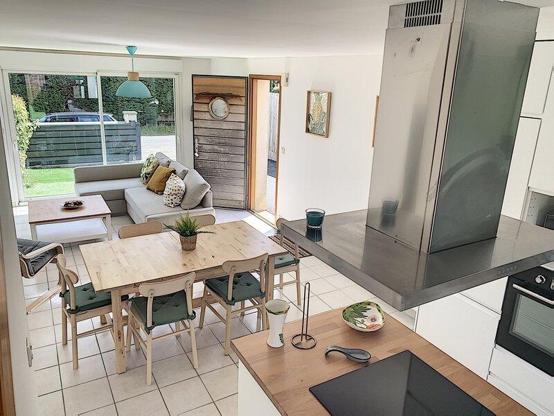 Villa moderne avec terrasse et cour fermée, 800m de la plage, holiday rental in Jullouville