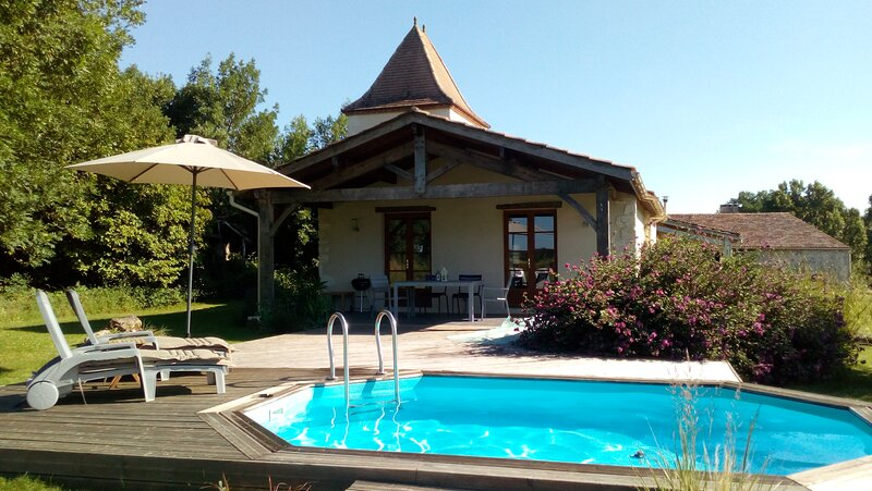19th Century Converted Pigeonnier with private pool close to popular lake, alquiler vacacional en Agnac