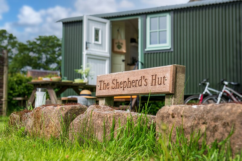 Romantic Shepherds Hut with Amazing Castle Views, holiday rental in Warwick