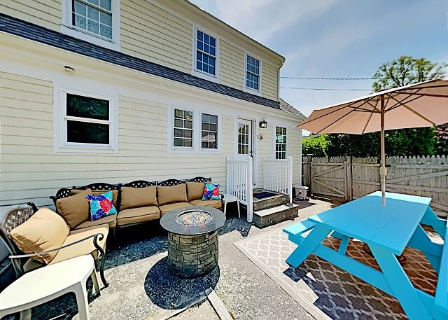 Hyannis Port | Fenced Corner Home with Patio | Walk to Beaches!, alquiler vacacional en Hyannis