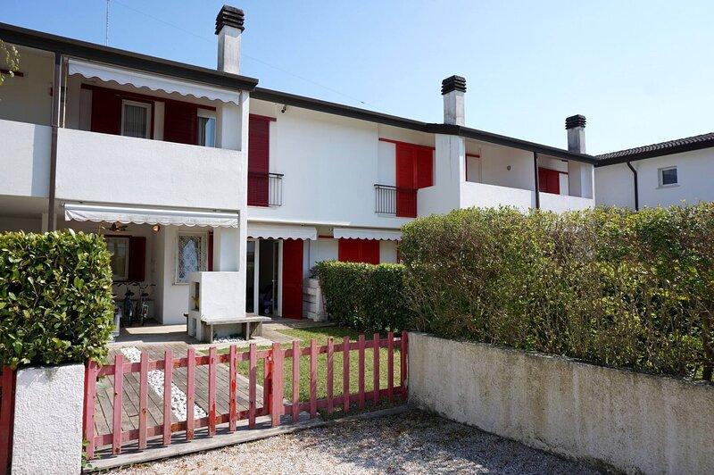 Villa in front of the pedestrian area with pool, location de vacances à Caorle