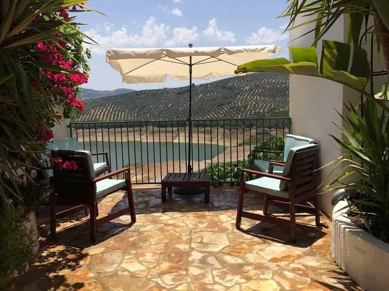 Casa Barbara, a stunning Lakeside Hideaway with 3 double ensuite bedrooms., alquiler vacacional en Villanueva de Algaidas