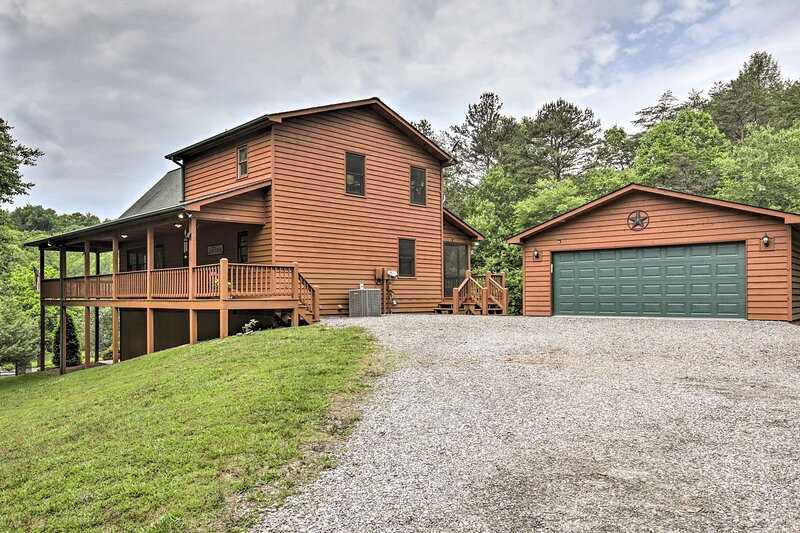 NEW! Beautiful Smoky Mountain Chalet w/ Game Room!, alquiler vacacional en Brasstown
